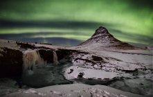 Congelati Kirkjufell paesaggio e northern lights, Islanda. — Foto stock