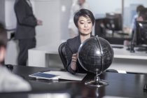 Bureau de New York city, femme asiatique au comptoir avec globe terrestre en Mairie — Photo de stock