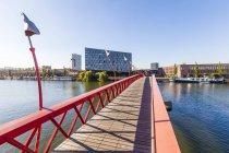 Нидерланды, Амстердам, мостик над Spoorwegbassin в гавань остров Sporenburg — стоковое фото