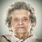 Retrato de mulher sênior calmo, olhando para a câmera — Fotografia de Stock