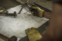 Людина в будівельної компанії, що працює з планом — стокове фото