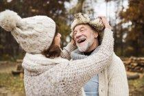 Счастливая старшая пара смеется в осенней природе — стоковое фото