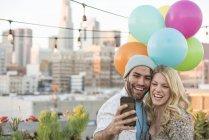 Пара, роблячи selfie на даху партії з куль, Лос-Анджелес, США — стокове фото