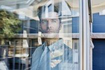 Homem adulto médio em casa, retrato — Fotografia de Stock