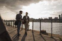 Due giovani che camminano lungo East River, New York, USA — Foto stock