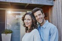 Paar steht vor der Tür ihres Hauses — Stockfoto