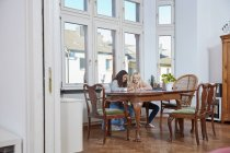 Duas garotas fazendo dever de casa juntos em casa — Fotografia de Stock