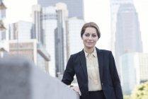 Портрет впевнено підприємець, стоячи в місті — стокове фото