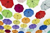 Guarda-chuvas coloridos contra céu branco — Fotografia de Stock