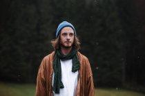 Retrato de hombre joven con barba en otoño - foto de stock