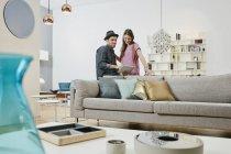 Portrait de couple utilisant une tablette dans un magasin de meubles — Photo de stock