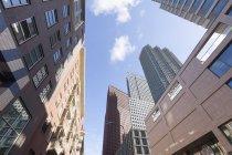 Vue faible angle d'immeuble moderne dans le ciel pendant la journée — Photo de stock