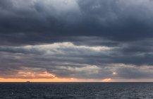Італія, Manarola, морський пейзаж з бурхливому небі на заході сонця — стокове фото