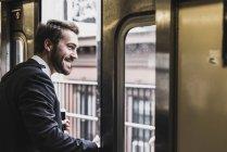 Homme d'affaires permanent chez metro — Photo de stock