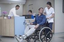Пацієнт в інвалідному візку в медичних приймальня — стокове фото