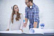 Deux travailleurs discutent de la conception du projet ensemble au bureau — Photo de stock