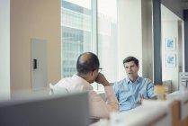 Due uomini d'affari che parlano insieme in ufficio — Foto stock