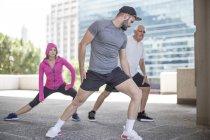 Drei Athleten Turnen in der Stadt — Stockfoto