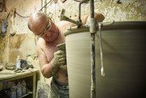 Töpfer in der Werkstatt arbeitet an großer Terrakottafassade — Stockfoto