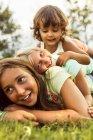 Trois petites filles de s'amuser en plein air — Photo de stock