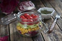 Крупним планом подання салат з помідорів і кукурудзи — стокове фото