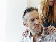 Reifer Mann und junge Frau mit den Händen auf den Schultern — Stockfoto