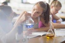 Ragazze adolescenti in classe di chimica liceo sperimentando — Foto stock
