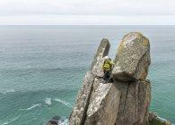 UK, Cornwall, woman on peak of Commando Ridge climbing route — Stock Photo