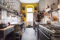 Vue de l'intérieur durant la journée de cuisine moderne lumineuse — Photo de stock