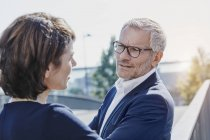 Seguro éxito empresario y empresaria hablando al aire libre - foto de stock
