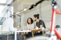 Colleghi caucasici che parlano in ufficio moderno — Foto stock