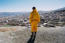 Bolivien, Potosi, Rückansicht des touristischen Schutzkleidung auf der Suche nach der Stadt — Stockfoto