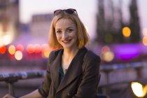 Портрет привабливий блондинка брюнетки проти розмитість фону — стокове фото
