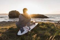 Жінка з дощок для серфінгу в Finistere Бріттані півострова Crozon Франції — стокове фото