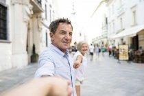 Slovacchia, Bratislava, ritratto di felice anziano che si tiene per mano sulla strada — Foto stock