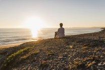 Жінка на узбережжі моря в Finistere Бріттані півострова Crozon Франції — стокове фото