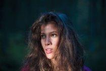 Retrato de jovem na floresta — Fotografia de Stock