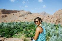 Portrait de Midelt, Maroc de femme souriante en face de la vallée du Draa — Photo de stock