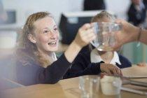 Девочки-подростки в старших классах по кулинарии — стоковое фото