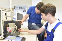 Technical instructor teaching student — Stock Photo