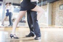 Gros plan du couple danse salsa en studio — Photo de stock