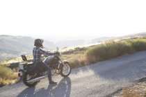 Man riding motorbike on country road — Stock Photo