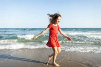 Счастливый сестричек, ходьба на берегу пляжа — стоковое фото