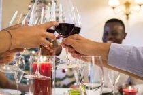 Amis griller avec du vin pendant le dîner de Noël — Photo de stock