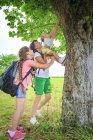 Madre e figlie che hanno divertimento insieme in natura — Foto stock