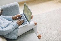 Mujer usando portátil - foto de stock