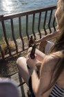 Друзья, вместе отдохнуть на солнце, пить пиво — стоковое фото