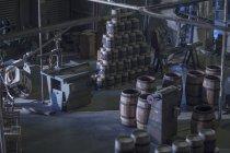 Інтер'єр бондарних з ручної роботи винних бочок — стокове фото
