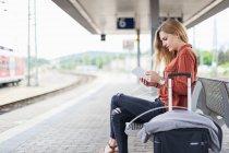 Молодая женщина с помощью планшета — стоковое фото