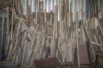 Mucchio di legno in officina — Foto stock